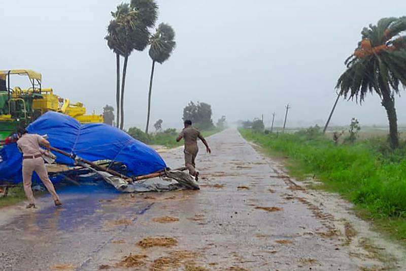 Politiet samler genstande fra veje i Sundarbans